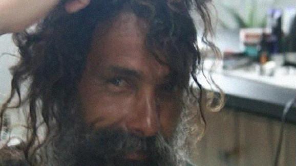 Otobandaki evsiz adam ve genç kadın